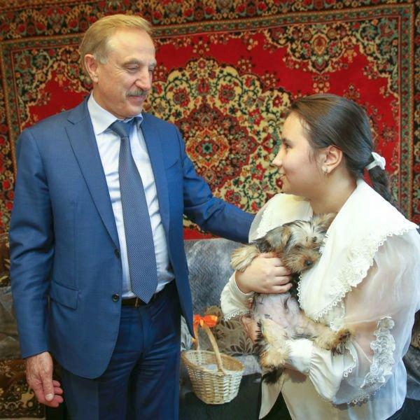 Путин подарил йоркширского терьера школьнице
